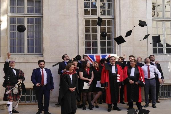 Remise des diplômes de Cambridge au étudiants du Master 2